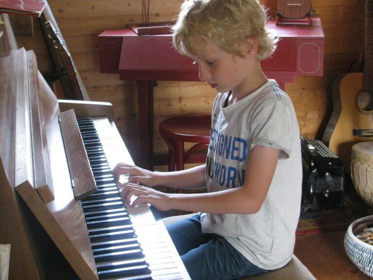 Muziekles voor kinderen en volwassenen